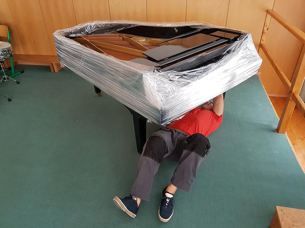 Stěhování klavírních křídel po budově hudební školy v Českých Budějovicích